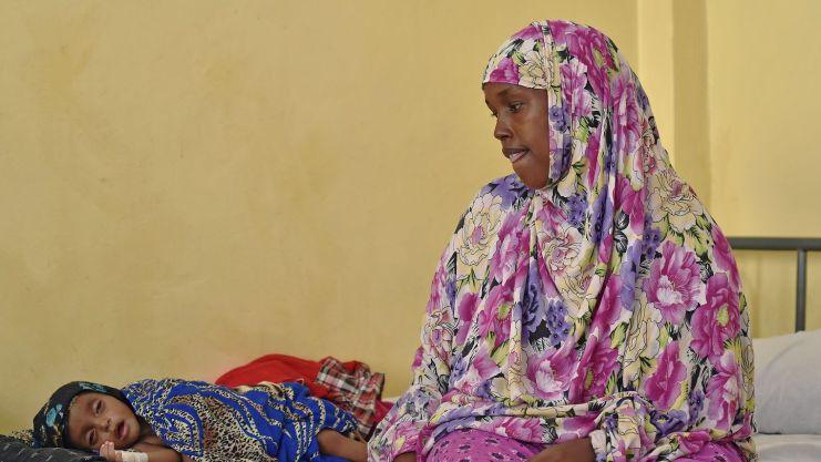 baarlin-hassan-nuur-veille-sur-son-fils-zakaria-age-de-7-mois-qui-souffre-de-malnutrition-dans-un-centre-de-soins-a-mogadiscio-le-25-mars-2015_5331235