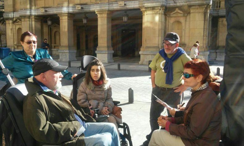 Un grupo de ciudadanos acompañandole frente al Ayuntamiento Donostiarra